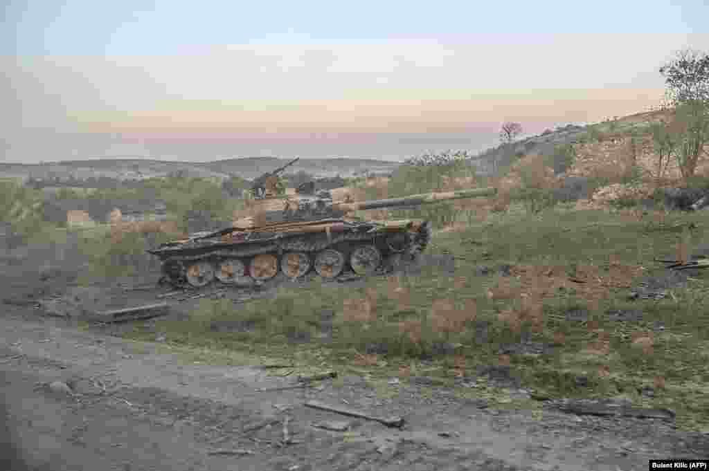 Подбитый в Джабраиле танк после захвата города азербайджанскими военными. Фото сделано из проезжающей машины. 16 октября 2020 года.