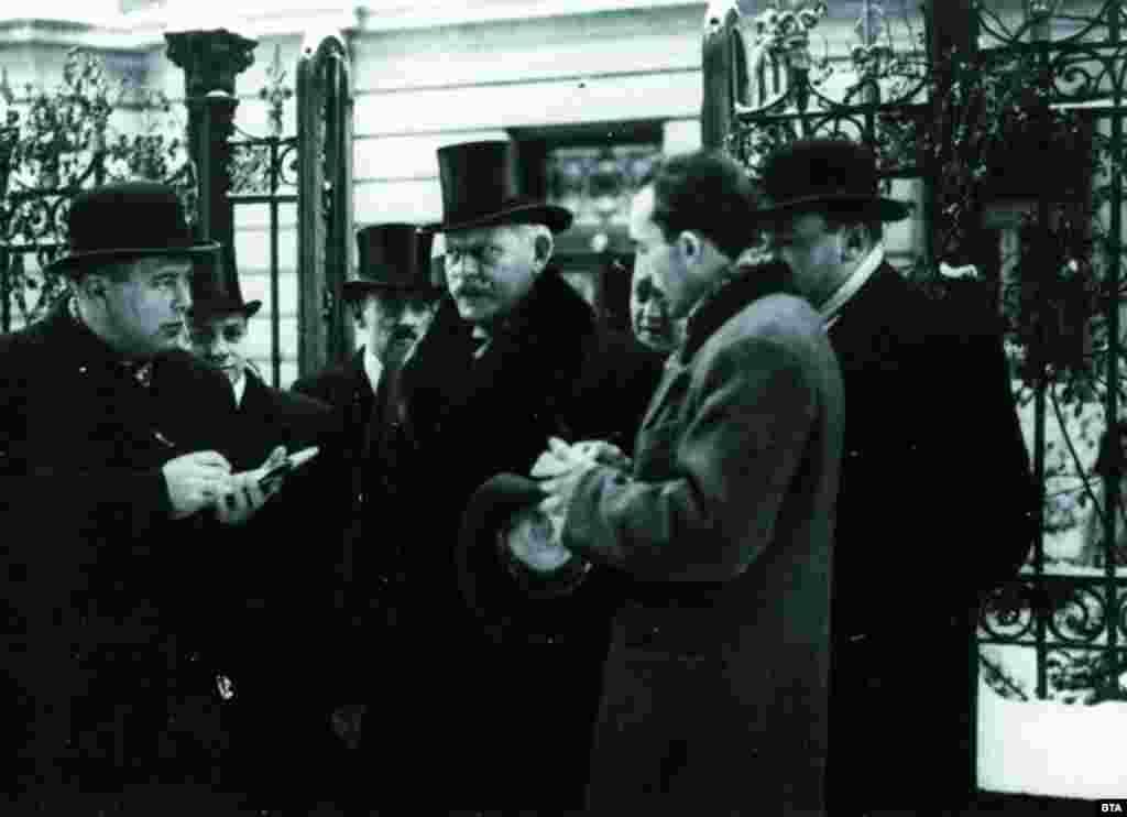 Министър-председателят Никола Мушанов (в средата) дава интервю на репортери в София през 1934 г. Няколко години по-късно той се превръща в неформален лидер на групата от политици от различни партии, които се борят да не допускат съюз на България с нацистка Германия. Никола Мушанов (1872-1951) е един от лидерите на Демократическата партия. В периода 1931-1934 той е оглавявал три правителства.