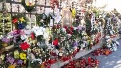 Depuneri de flori la Palatul Regal din București
