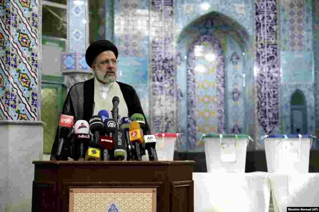 Svjetski mediji prenose da se očekuje pobjeda sudije Ebrahima Raisija, koji je izrazito lojalan vjerskom establišmentu. (na fotografiji: Raisi se obraća novinarima nakon glasanja na biralištu, Teheran, 18. juni)