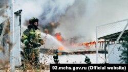 Спасатели тушат пожар в Севастополе на Камышовом шоссе, 6 сентября 2021 года