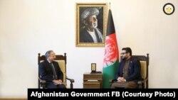 حمدالله محب مشاور امنیت ملی افغانستان (راست) حین صحبت با سفیر هند در کابل