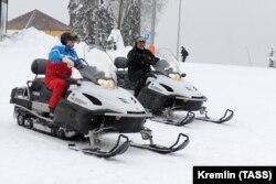 Szeretnek szánon is száguldani Szocsiban. Putyin február 21-én is vendégül látta a belarusz erős embert a téli olimpia helyszínén