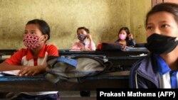 Nepáli diákok megtartják a biztonságos távolságot a tanteremben, 2020. október 6-án. Hat hónap után nyíltak újra az iskolák az országban.