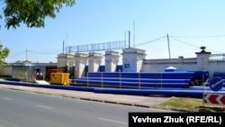 У входа на флотский стадион сложены трубы для ремонта магистрального водопровода