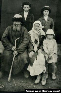 Украинанын архивинен табылган сүрөт. Сүрөт Кураманов аттуу адамдын делосунун ичинен табылган.
