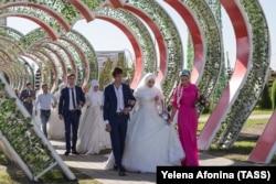 Торжественное бракосочетание 199 пар в цветочном парке в Грозном