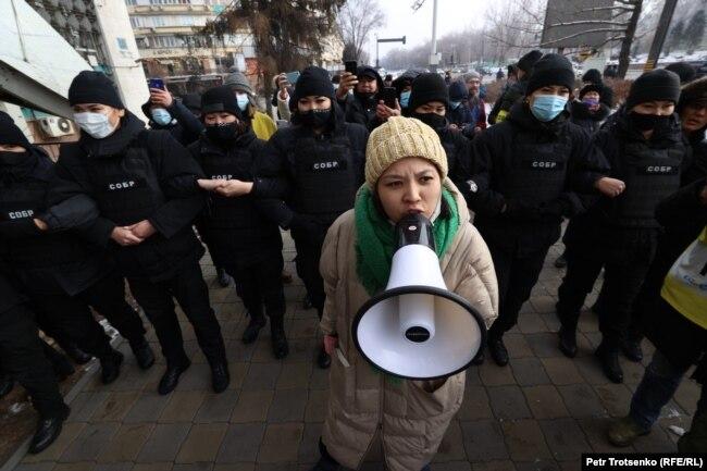 Активистка движения «Oyan, Qazaqstan» Асем Жапишева в кольце бойцов СОБРа, Алматы, 16 декабря 2020 года.