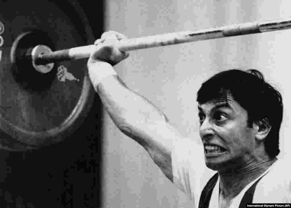 Французский штангист Николя Ласорса во время 125-килограммового рывка.