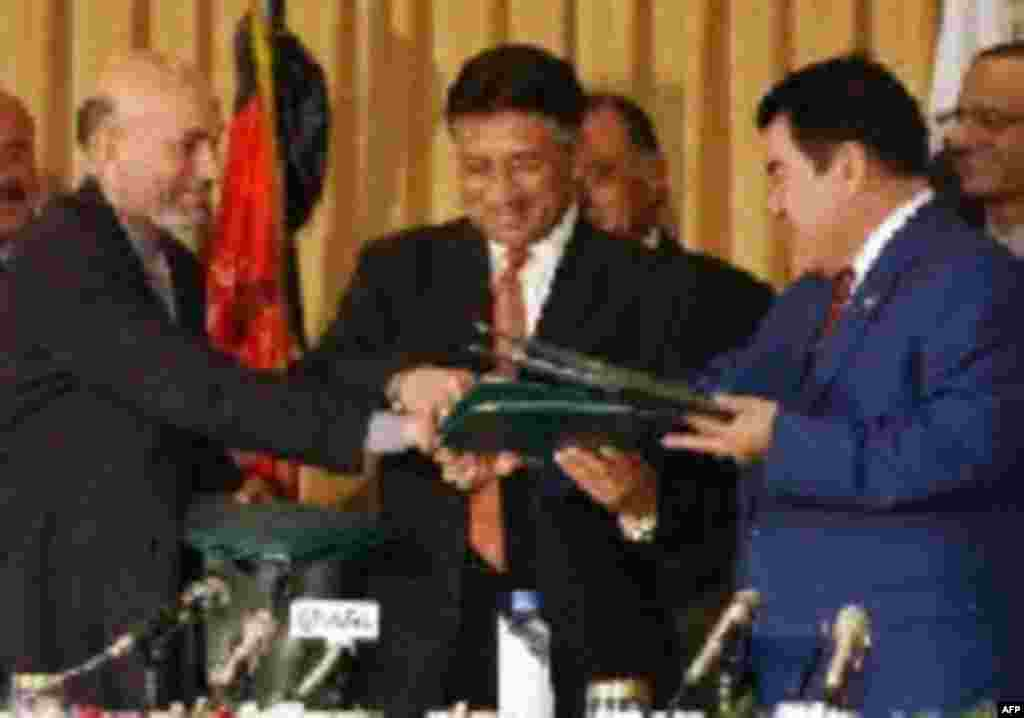 Afghan President Hamid Karzai (left), Pakistani President Pervez Musharraf (center), and Niyazov after the signing of a pipeline agreement in 2002 (CTK) - Russia controls virtually all of Turkmenistan's ability to export its energy, a situation that has been further exacerbated by the failure of the Caspian Sea littoral states to reach an agreement on the division of the resources there. Niyazov sought to reduce his country's dependence on Russia by seeking alternative export routes to South Asia and China.