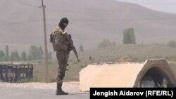 Военнослужащий на кыргызско-таджикской границе. Иллюстративное фото.