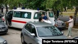 Një autoambulancë bartë një paciente në Klinikën Infektive në Prishtinë më 26 gusht 2021.