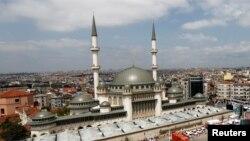 Стамбул орталығындағы жаңа салынған Таксим мешіті.