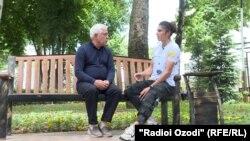 Журналист Радио Озоди Нарзулло Латипов беседует с Гульсумби Шариповой