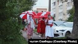Беларусьте қызыл ақ түстері Лукашенко режиміне қарсылықтың символы ретінде қабылданады.