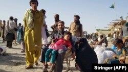Refugiați așteaptă redeschiderea punctului de trecere a frontierei Pakistan-Afganistan, care a fost închis de autorități, după ce talibanii au preluat controlul asupra orașului de frontieră afgan într-o ofensivă rapidă, 12 august 2021.