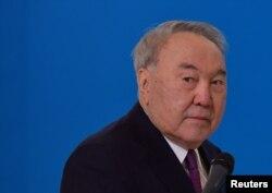Бывший президент Казахстана и глава правящей партии «Нур Отан» Нурсултан Назарбаев общается со СМИ после голосования на парламентских выборах в Нур-Султане, Казахстан, 10 января 2021 года.