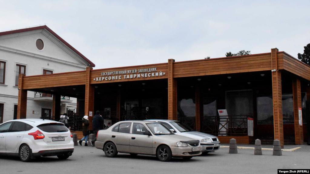 Вход в музей-заповедник оборудован в традициях российского деревянного зодчества