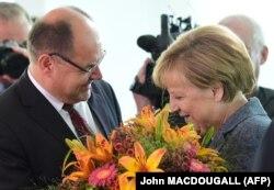 Kao zastupnik CSU-a je od 1990-ih bio uključen u kreiranje njemačke vanjske, sigurnosne i obrambene politike (na fotografiji sa njemačkom kancelarkom Angelom Merkel na njen rođendan u avgustu 2015. godine)