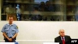 Слободан Милошевич на заседании трибунала в Гааге