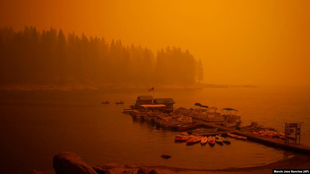 Дым и зарево пожара в Калифорнии