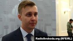Роман Лозинський, виступаючи з трибуни 5 лютого, закликав заборонити журналістам «112», NewsOne і ZIK працювати в парламенті