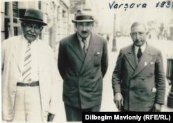 Усман Хаджаев (первый справа) в Варшаве. Фото сделано в 1938 году.