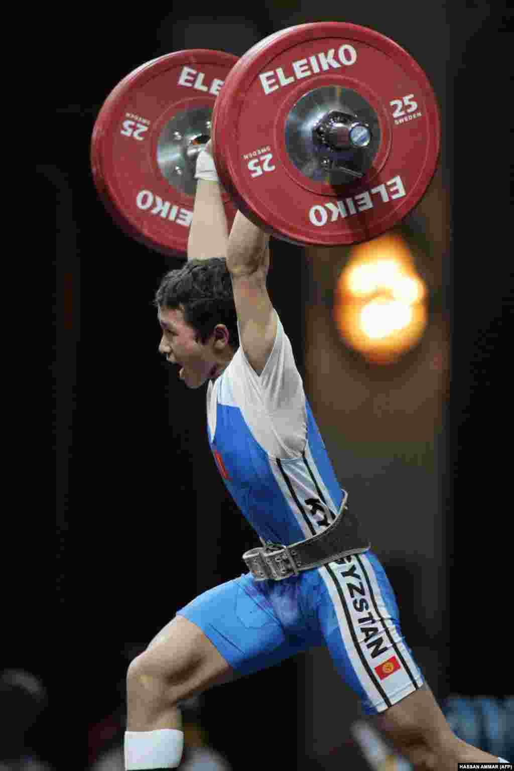 """Оор атлетика боюнча эл аралык спорттун чебери Бекзат Осмоналиев. Бекзат Осмоналиев 2012-жылы Лондондо өткөн Олимп оюндарында 56 килограммга чейинки категорияда эркектер арасында """"А"""" тобунда мелдешке чыгып, 127 килограмм оордукту жулкуп көтөрүп, бирок түртүп көтөрүүдө 145 килограмм көтөрө албай калып, мелдештен четтеген эле."""