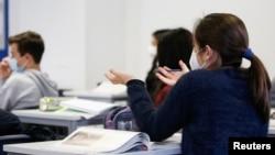 Izvještajkaže da se uskoro očekuju podaci o sigurnosti iz studije obavljene na 300 dobrovoljaca između 6 i 17 godina