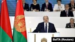 Alyaksandr Lukaşenka Xalq Məclisində çıxış edərkən