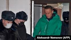 الکسی ناوالنی در ادارۀ پولیس خیمکیدر مسکو