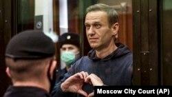 Alexei Navalnîi, activist anticorupție, în boxa acuzării