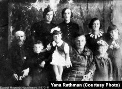 Мойсей Нусіновіч Барій (1870–1949) та Шприня Мнашівна Барій (1870–1967) та їхні діти і внуки. Наймолодший – Леонід Гулько