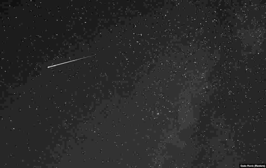 Un meteor, observat deasupra muntelui Tvrtkovac, în timpul ploii de meteoriți Perseid, văzută din Zenica, Bosnia și Herțegovina, la data de 8 august 2021.