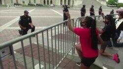 Policajac na koljenu ispred američkog kongresa
