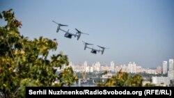 Вздовж Дніпра у Києві пролітають американські конвертоплани CV22B, 23 вересня 2020 року