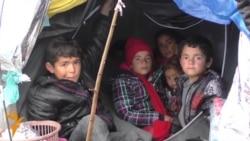 Стотици бегалци заглавени меѓу Македонија и Србија