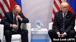 Президент России Владимир Путин (слева) и тогдашний президент США Дональд Трамп, 2017 год.