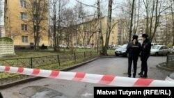 Дом, где удерживают шестерых детей в Колпино, оцепили