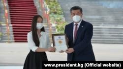 Мыкты бүтүрүүчүлөргө сертификат тапшыруу аземи «Ала-Арча» резиденциясында өттү.
