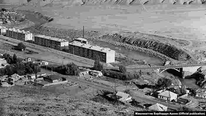 Нарын шаары Нарын дарыясынын жээгинде жайгашкан.1994-жылы шаарда троллейбус линиясы орнотулган. Учурда Нарын - троллейбус каттаган дүйнөдөгү эң кичинекей шаарлардын бири.