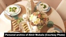 Bajramske trpeze su bogate brojnim jelima, najčešće tradicionalnim bosanskim i slatkišima. Baklava je neizostavna u skoro svakoj kući.