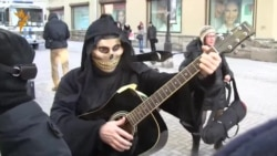 Смерть с гитарой забрали в автозак