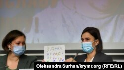 Екатерина Есипенко (справа) на пресс-конференции в связи задержанием Владислава