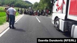 Migranti blokirali put Bosanska Krupa - Novi Grad