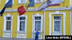 Curtea Constituțională, drapelul UE, drapelul Republicii Moldova, drapelul Curții Constituționale moldovene. 20 martie 2020