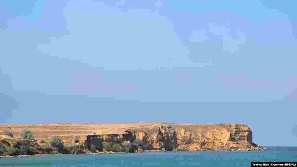 Вдали виден Тюбек – самый северный мыс административной территории Севастополя. Высота мыса – 25,5 метров