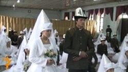 В Бишкеке сыграли свадьбу для 35 молодоженов