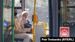 Автобустағы жолаушылар.