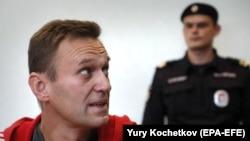 Алексей Навалнийро ба риоят накардани қоидаҳои адои зиндони шартӣ муттаҳам мекунанд.